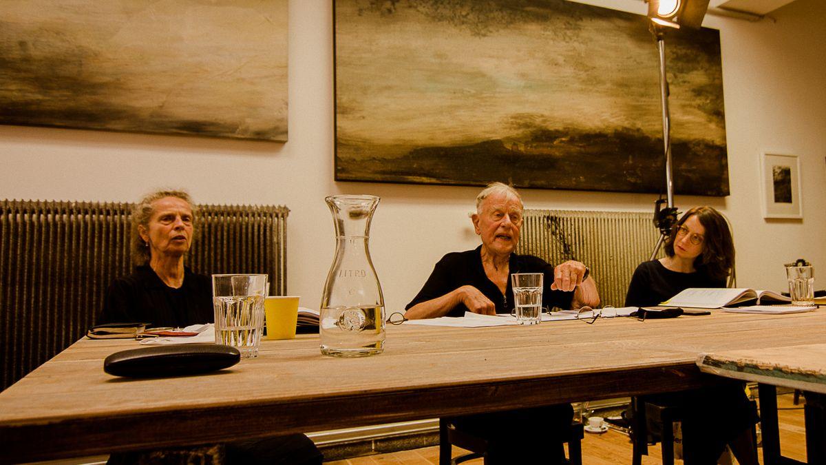 An einem Tisch sitzen Jutta Ferbers, Claus Peymann und Miriam Lüttgemann.