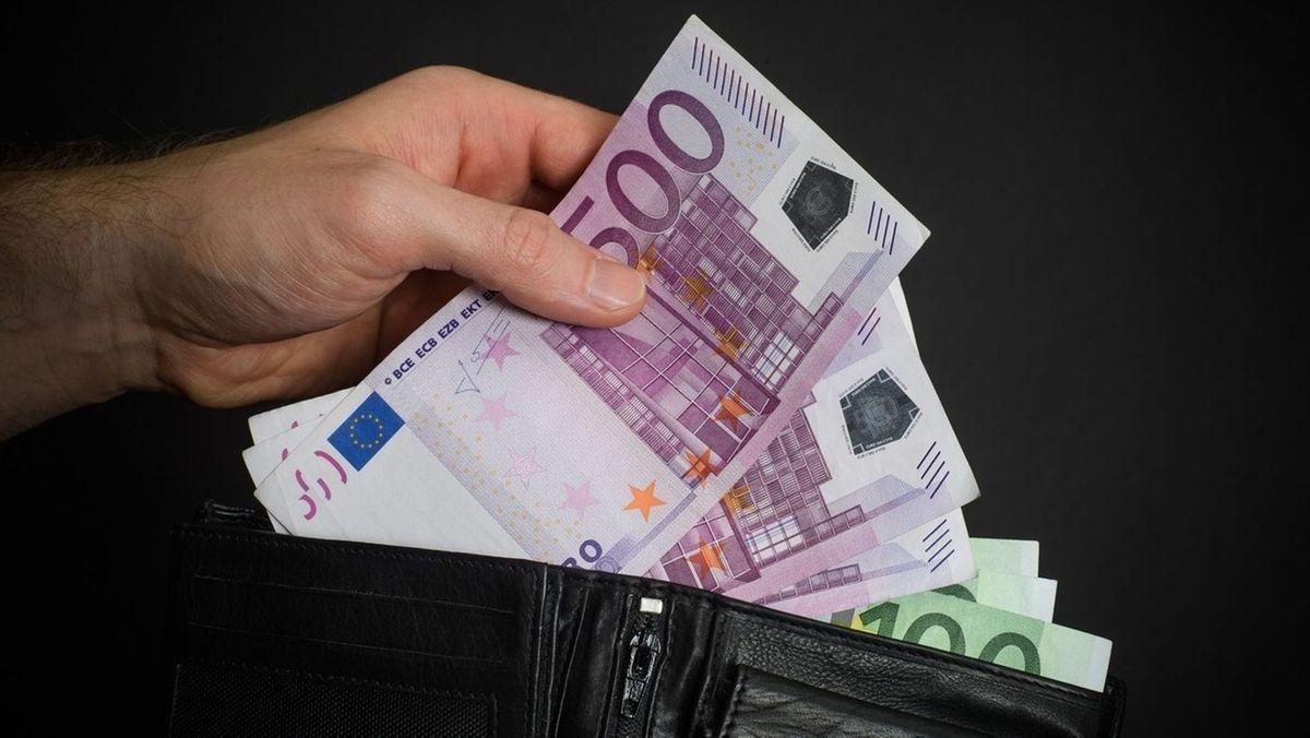 Geldbeutel mit zahlreichen Geldscheinen