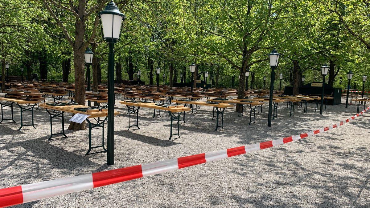 Abgesperrter Biergarten ohne Gäste in München. (Symbolbild)