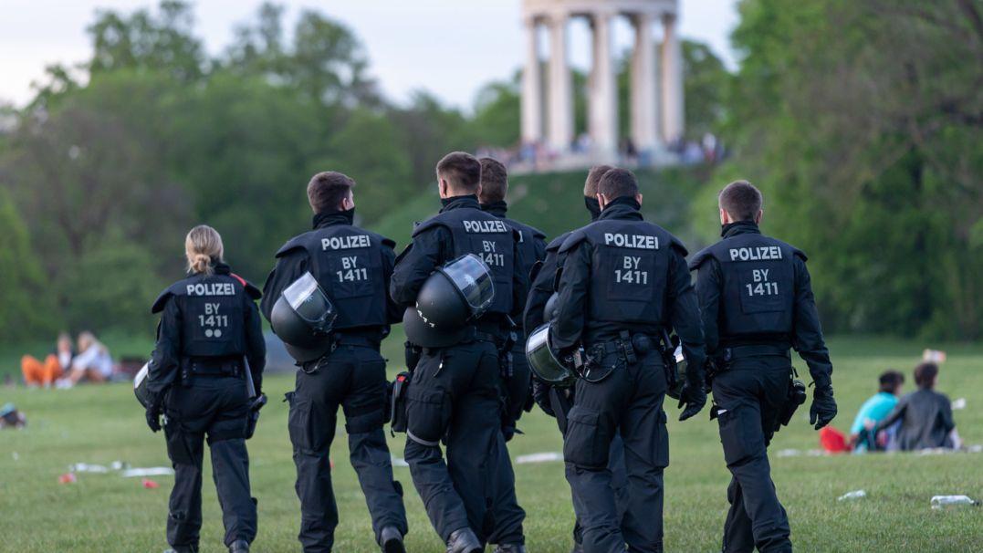 Polizei kontrolliert einen Tag nach den Vorfällen im Englischen Garten am Monopteros