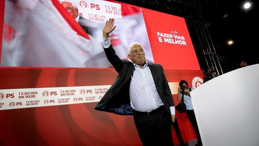 Portugals Ministerpräsident António Costa geht vom Rednerpult ab. Er winkt in Richtung Publikum.