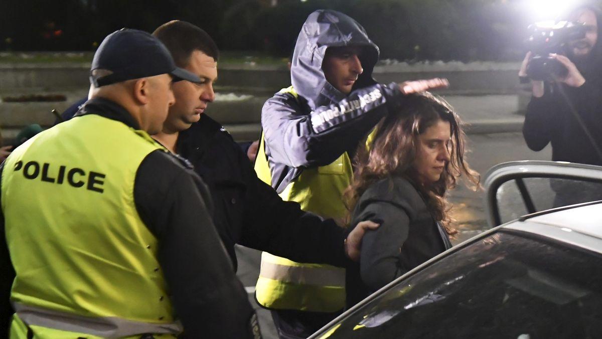 Iwantschevas damalige Stellvertreterin Biljana Petrova wird ebenfalls am 17.4.2018 festgenommen und hier von der bulgarischen Polizei weggebracht. Zuvor müssen die beiden Kommunalpolitikerinnen fünf Stunden lang an einer belebten Kreuzung in Sofia verbringen.