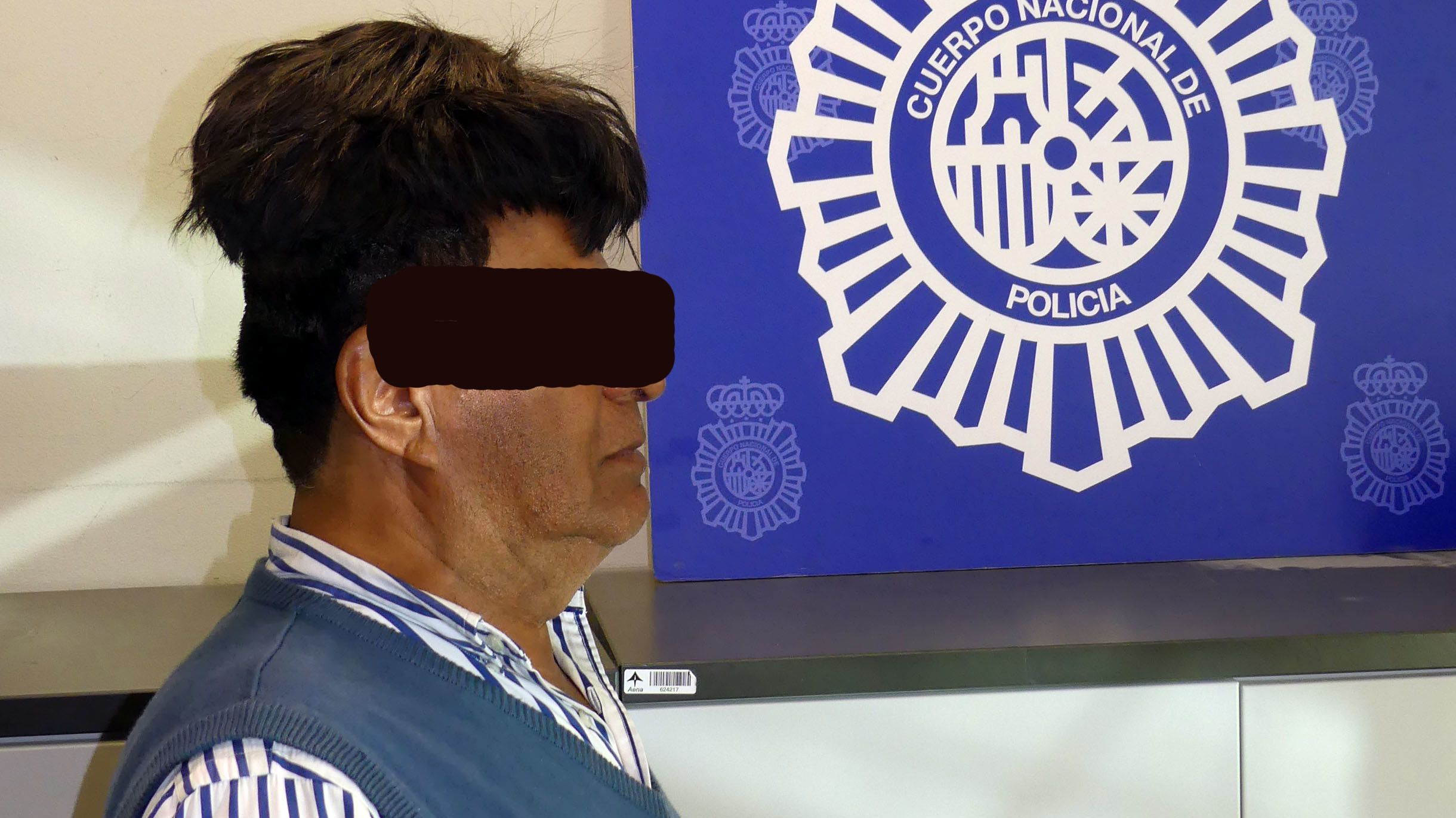 Auf der Aufnahme von der spanischen Nationalpolizei in Barcelona ist der Festgenommene mit der Kokainpackung auf dem Kopf zu sehen.