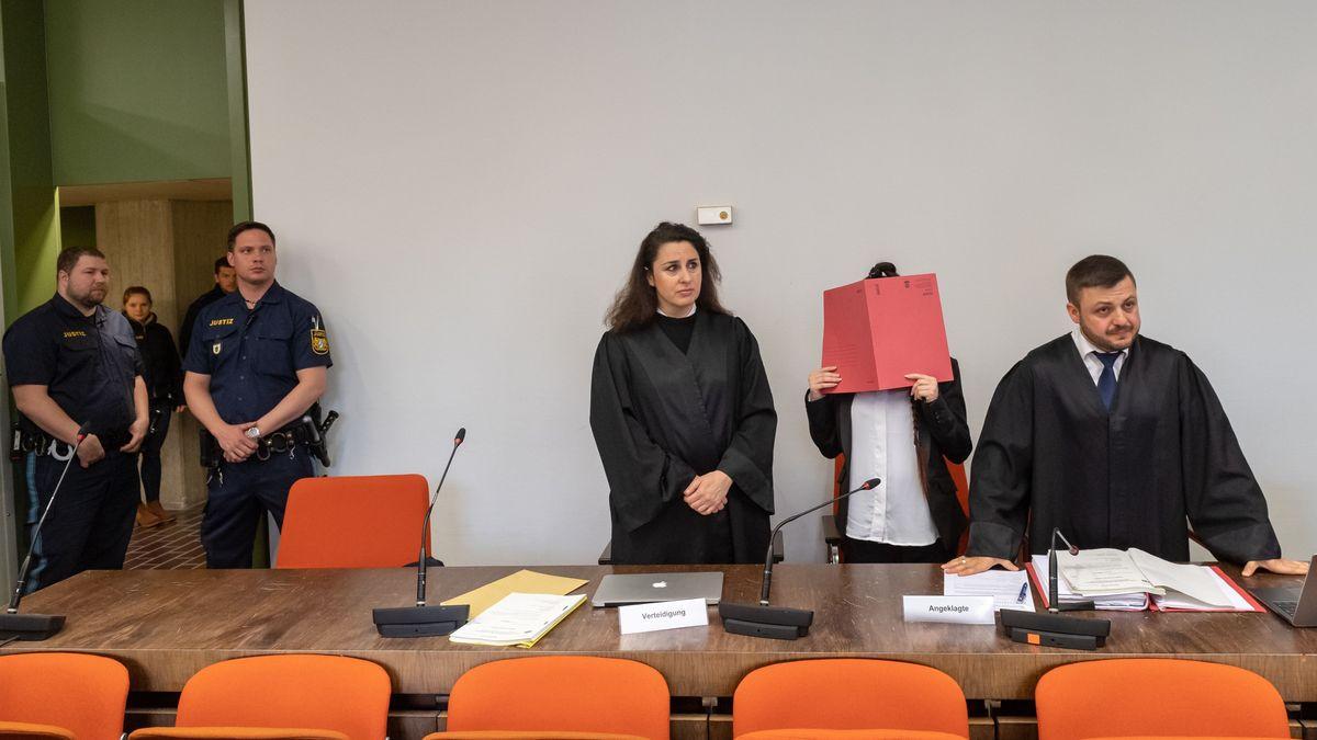 Die Anwälte und die Angeklagte Jennifer W.