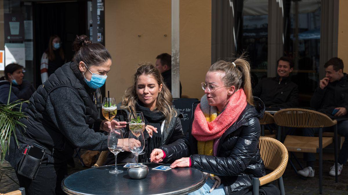 Zwei Frauen trinken etwas im Außenbereich eines Resaturants.