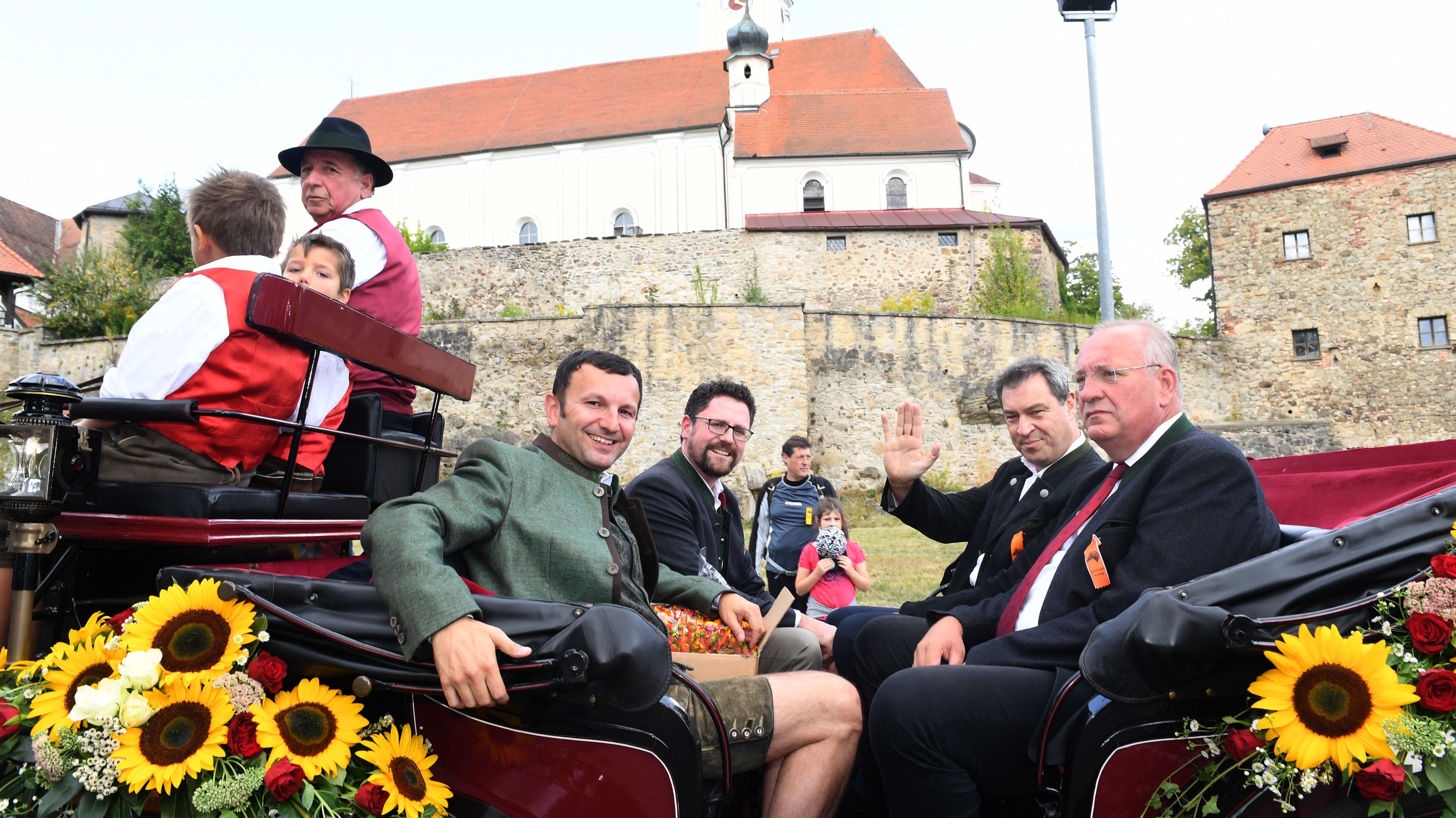 Ministerpräsident Markus Söder , CSU (2. v.r.), in einer Festkutsche beim Kötztinger Rosstag.