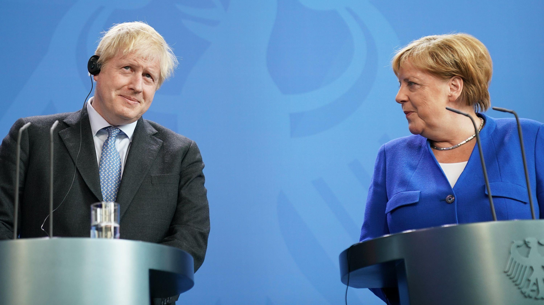 Bundeskanzlerin Angela Merkel (CDU) und Boris Johnson, Premierminister von Großbritannien, äußern sich bei einer Pressekonferenz.