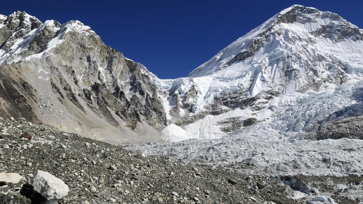 Blick über den Khumbu-Gletscher auf das Mount Everest Basislager, Himalaya.