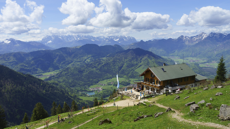 Hochgernhaus, Berghütte am Hochgern, hinten der Gebirgszug Wilder Kaiser
