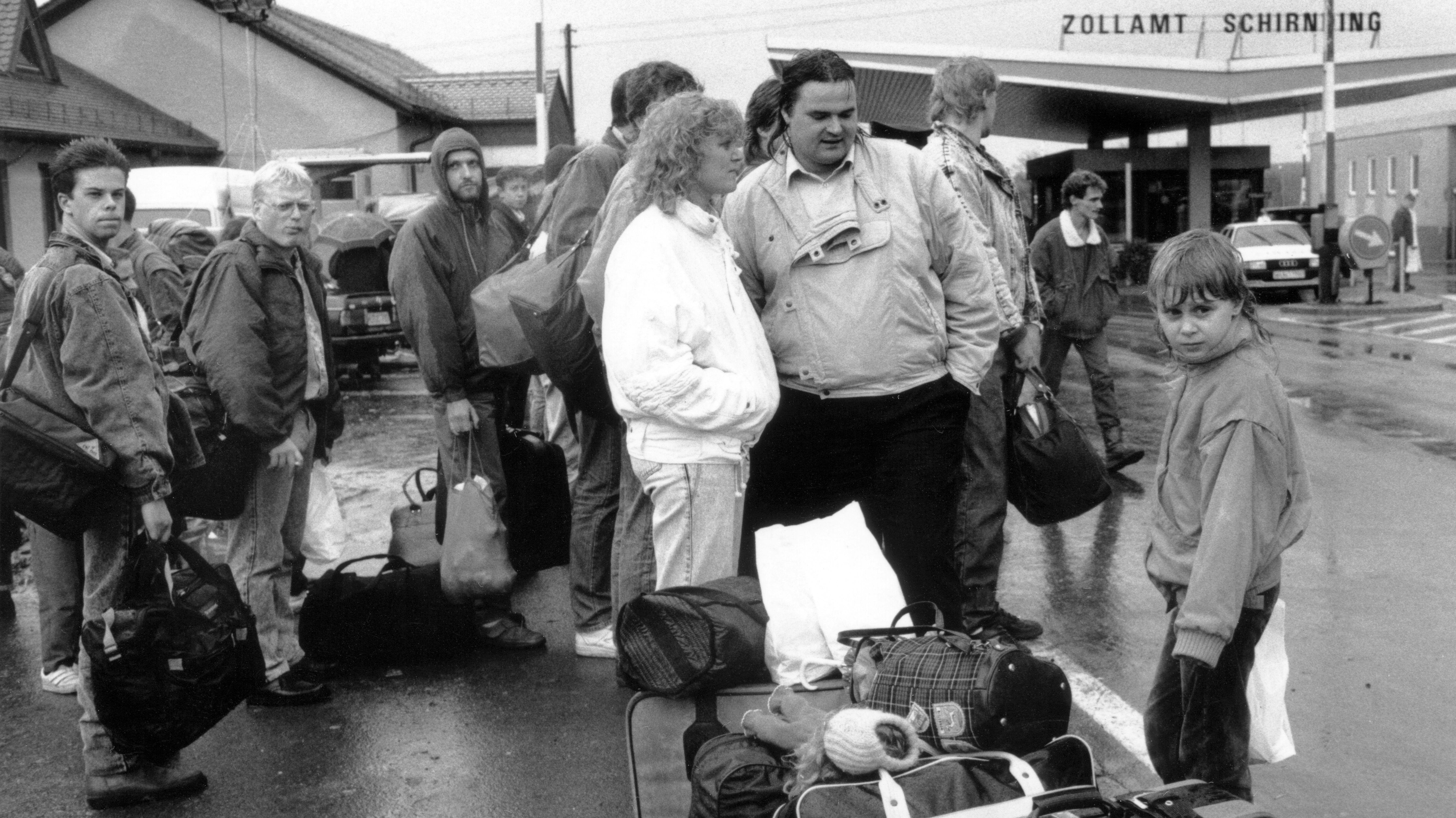 Der 7. Oktober am Grenzübergang Schirnding: Zu Fuß kommen hunderte Übersiedler über die Grenze.