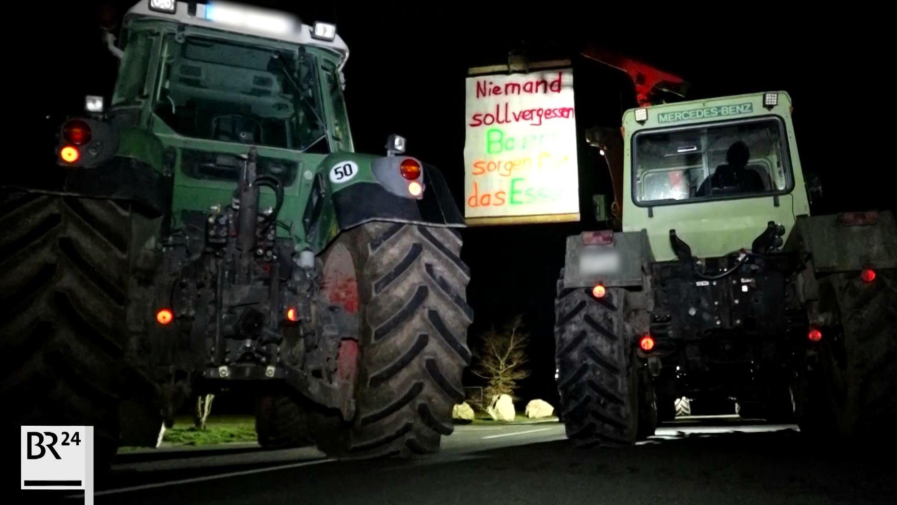 Traktoren blockieren die Zufahrt zum Aldi-Zentrallager in Adelsdorf