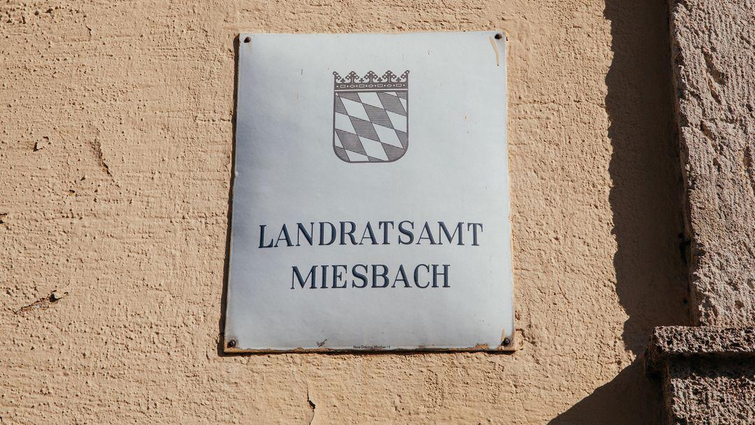 Ein Schild des Landratsamts Miesbach