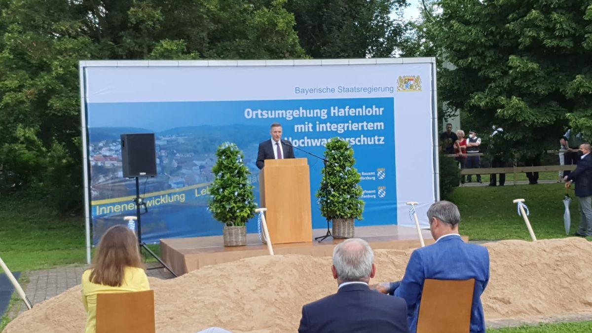 Landtagsabgeordneter Thorsten Schwab am Rednerpult. Es hören zu: Landrätin Sabine Sitter, Regierungspräsident Eugen Ehmann und Ministerpräsident Markus Söder (v.l.n.r.)
