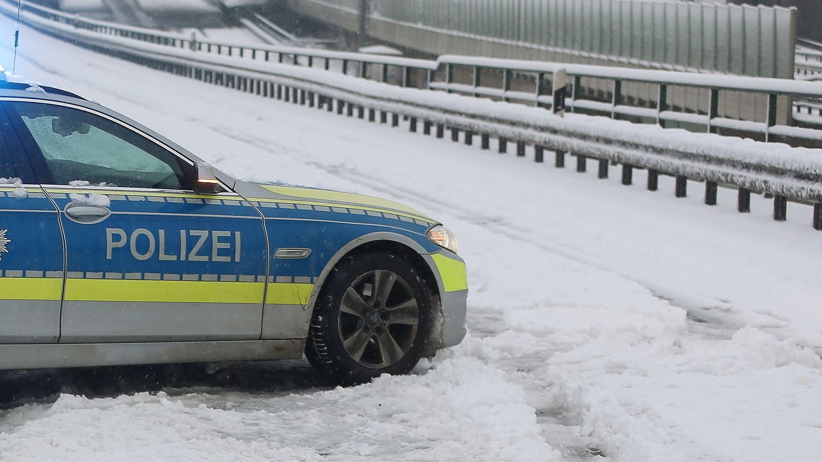 Polizeiauto im Schnee (Symboldbild)