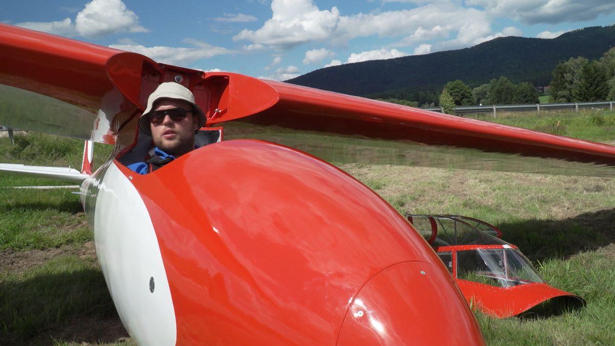 """Pilot sitzt in der fertig restaurierten """"Meise""""."""