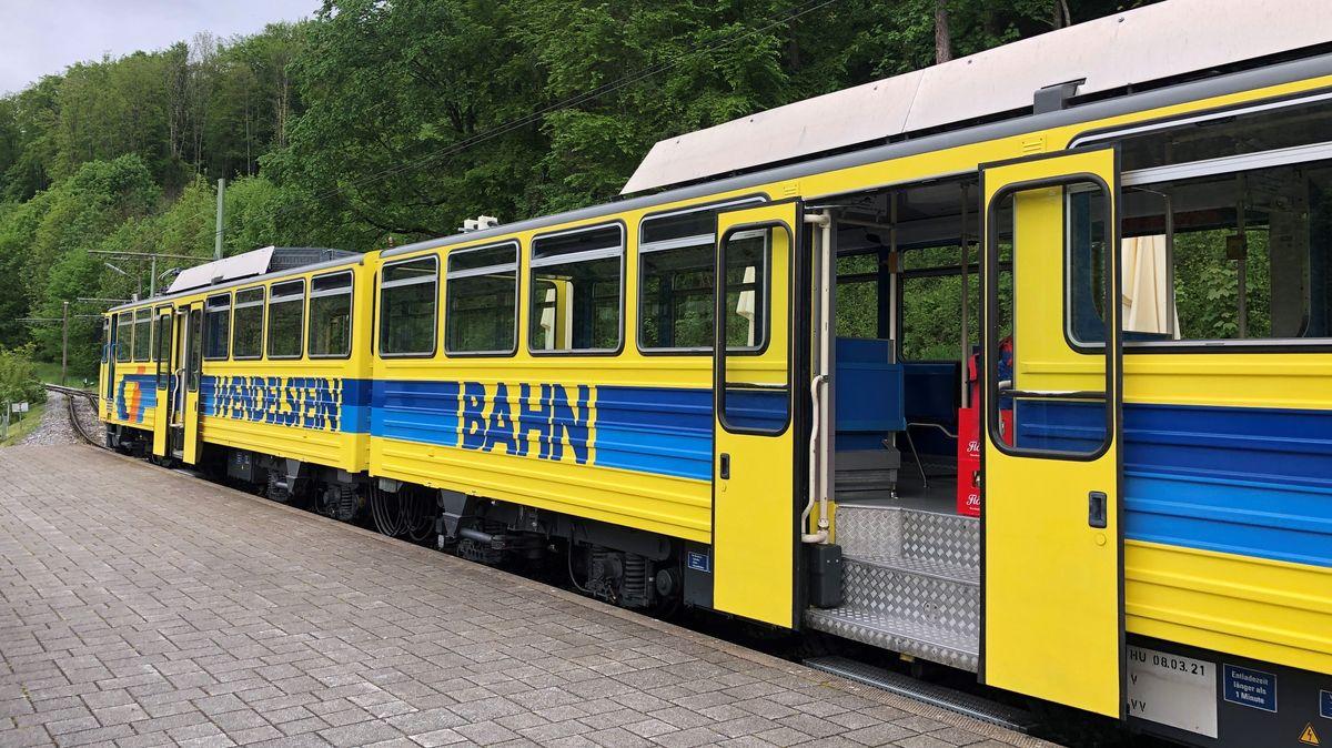 Die Wendelsteinbahn wartet am Bahnhof Brannenburg.