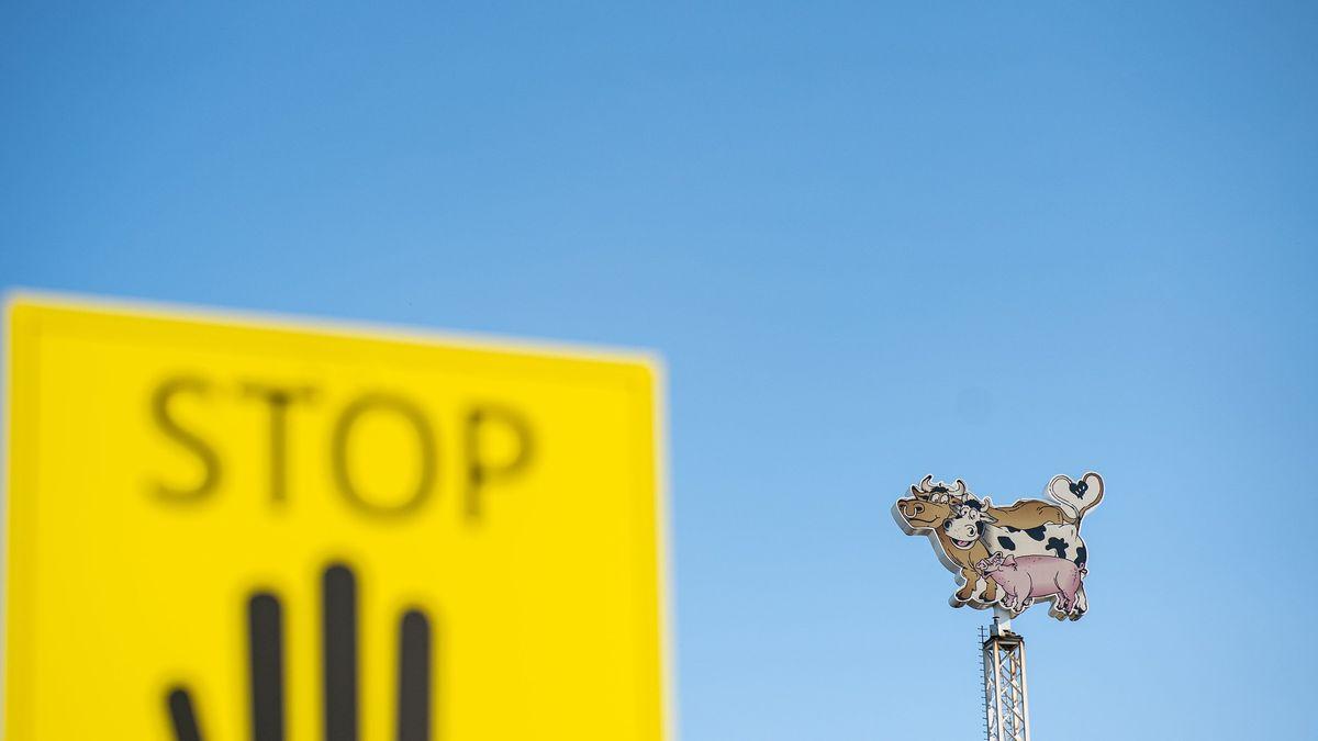 """Rheda-Wiedenbrück: """"Stop"""" steht auf einem Schild vor dem Firmenlogo der Firma Tönnies."""