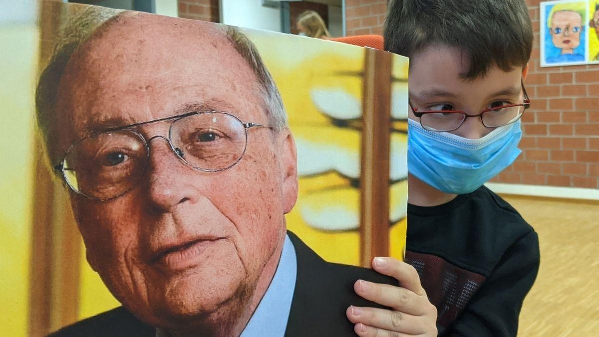 Kind mit einem Portrait Hans Schöbels