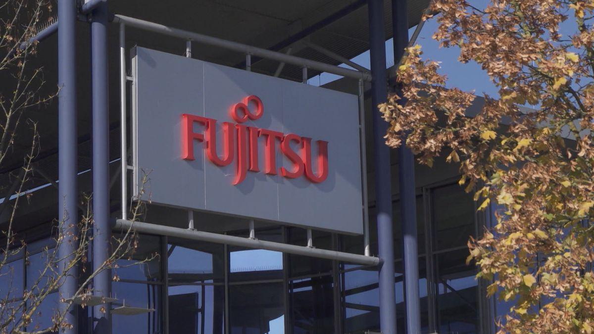 Firmenlogo von Fujitsu auf dem Werksgelände in Augsburg.