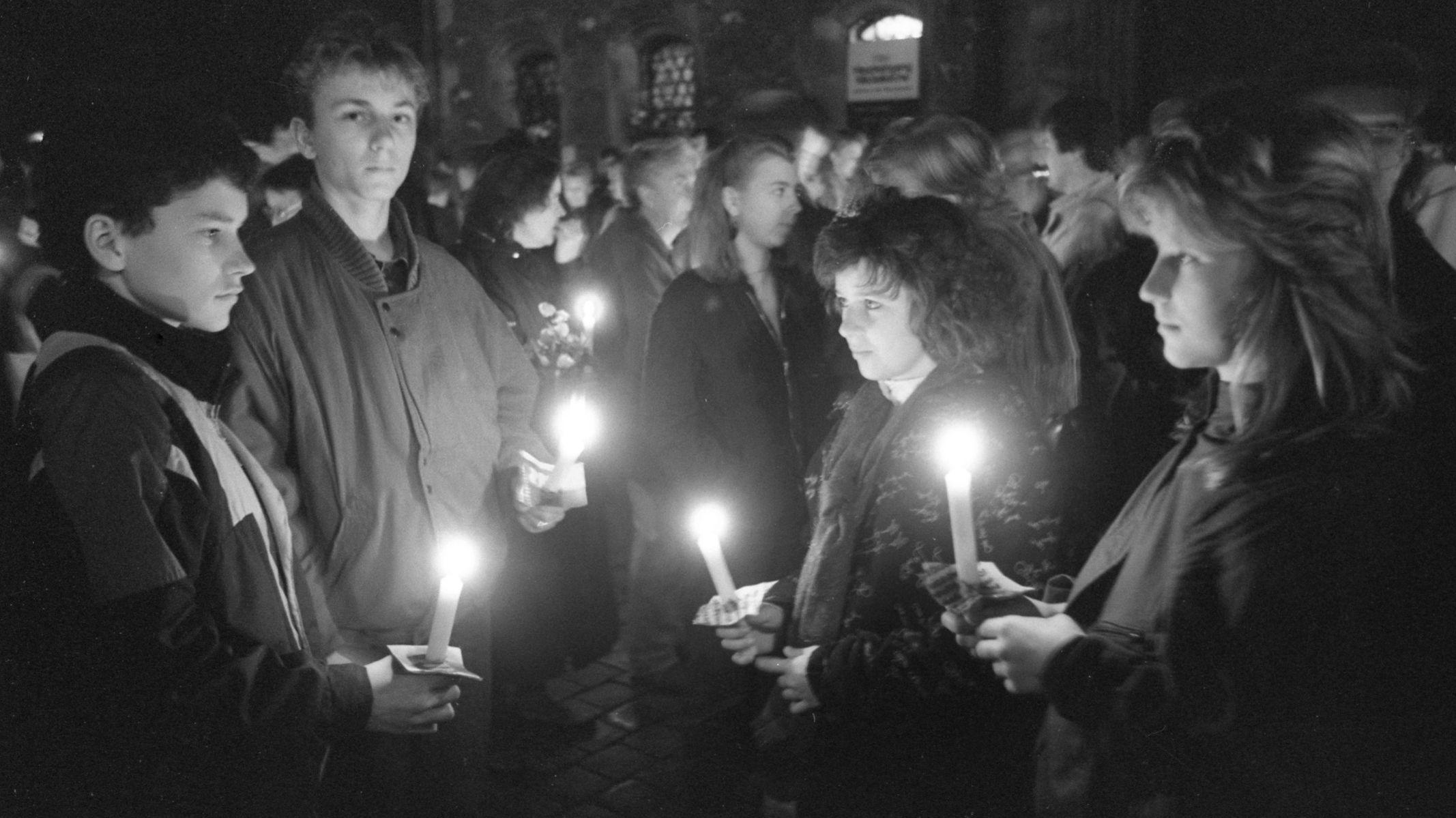 Ein Schweigemarsch mit Kerzen findet am 9. November 1989 von der Nikolaikirche beginnend durch Leipzig statt.