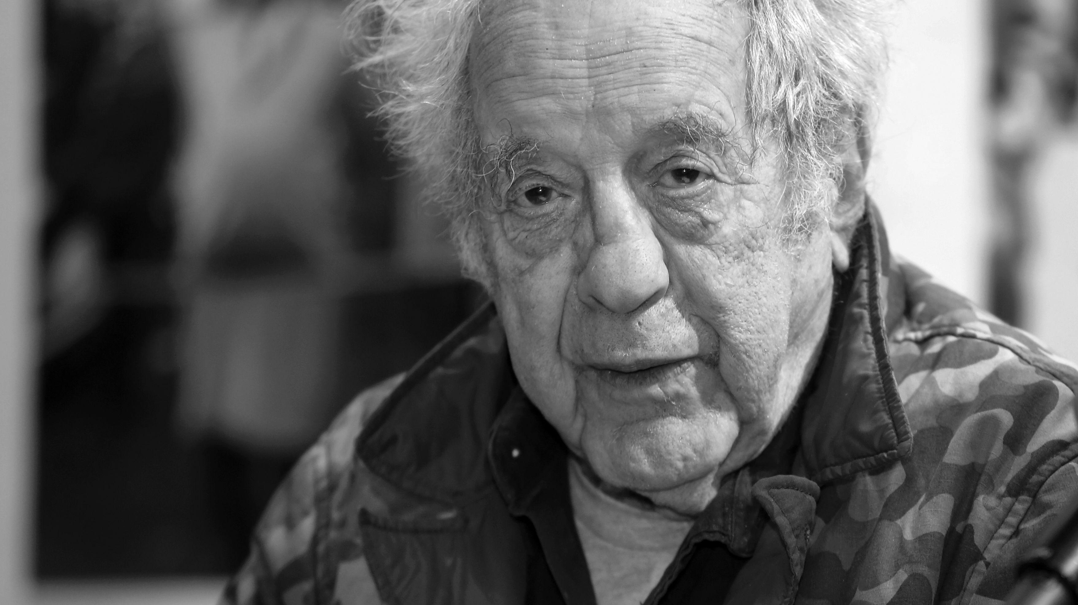 Schwarz-weiß Porträt des Fotografen und Filmemachers Robert Frank
