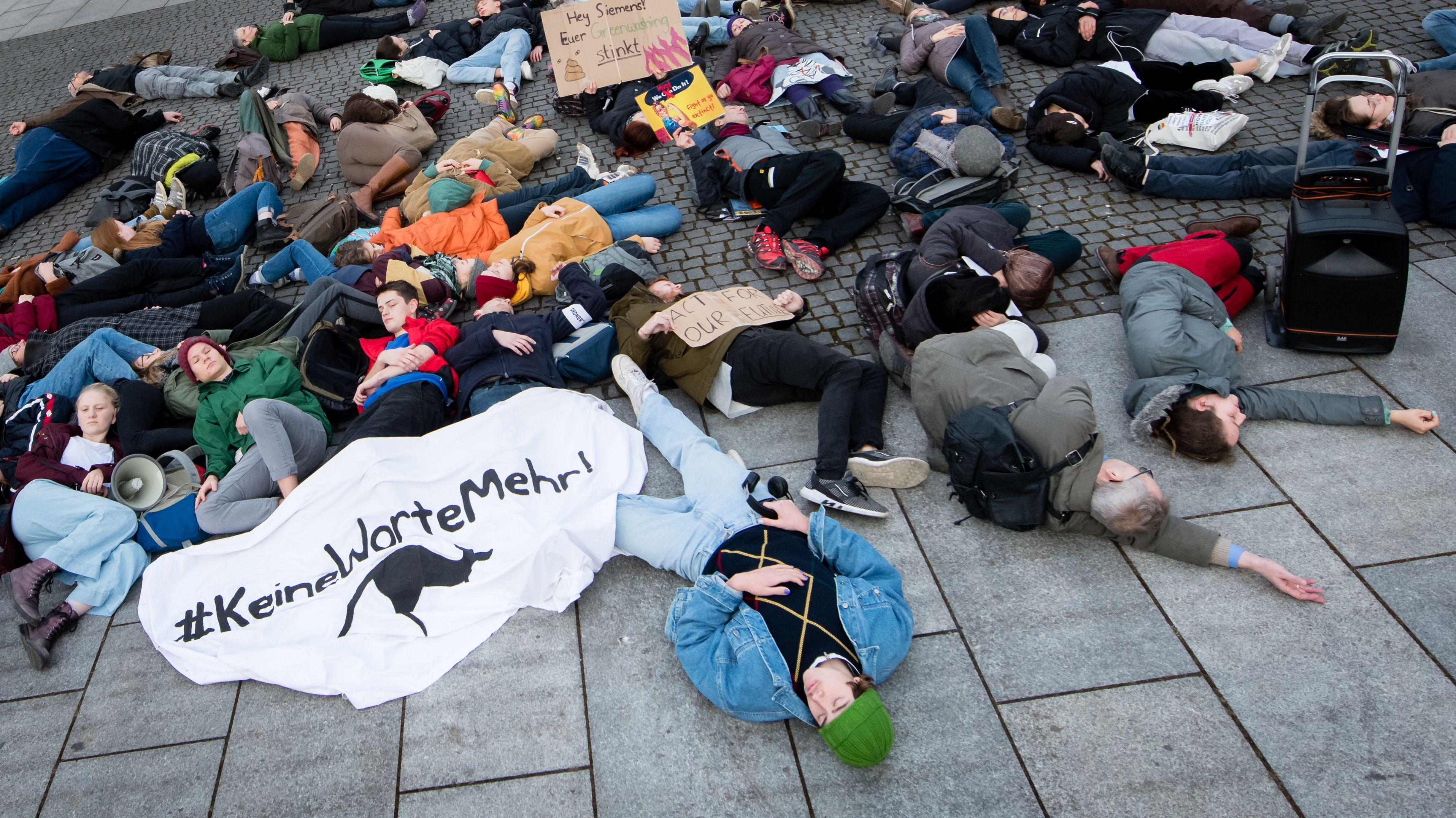 Protest vor der Siemens-Zentrale in München