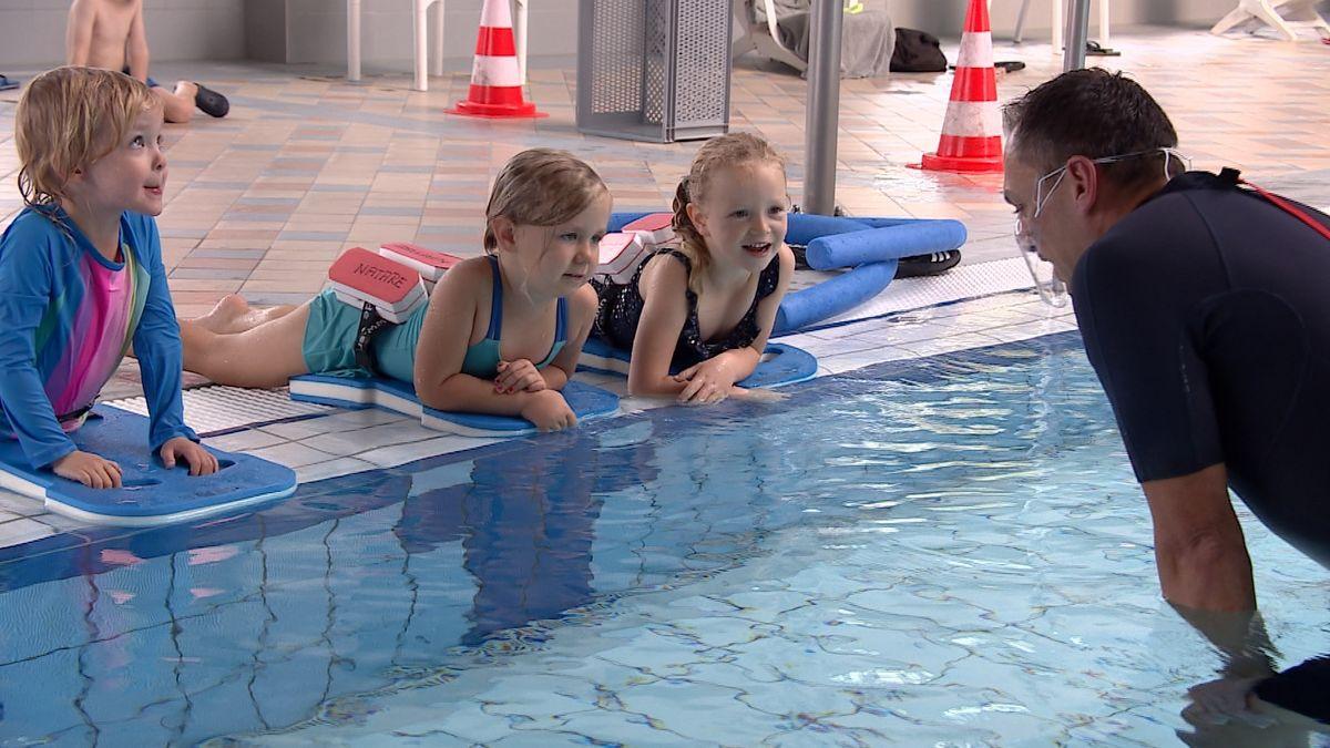 Kinder beim Schwimmkurs im Schwimmbad Vitamar in Kleinostheim
