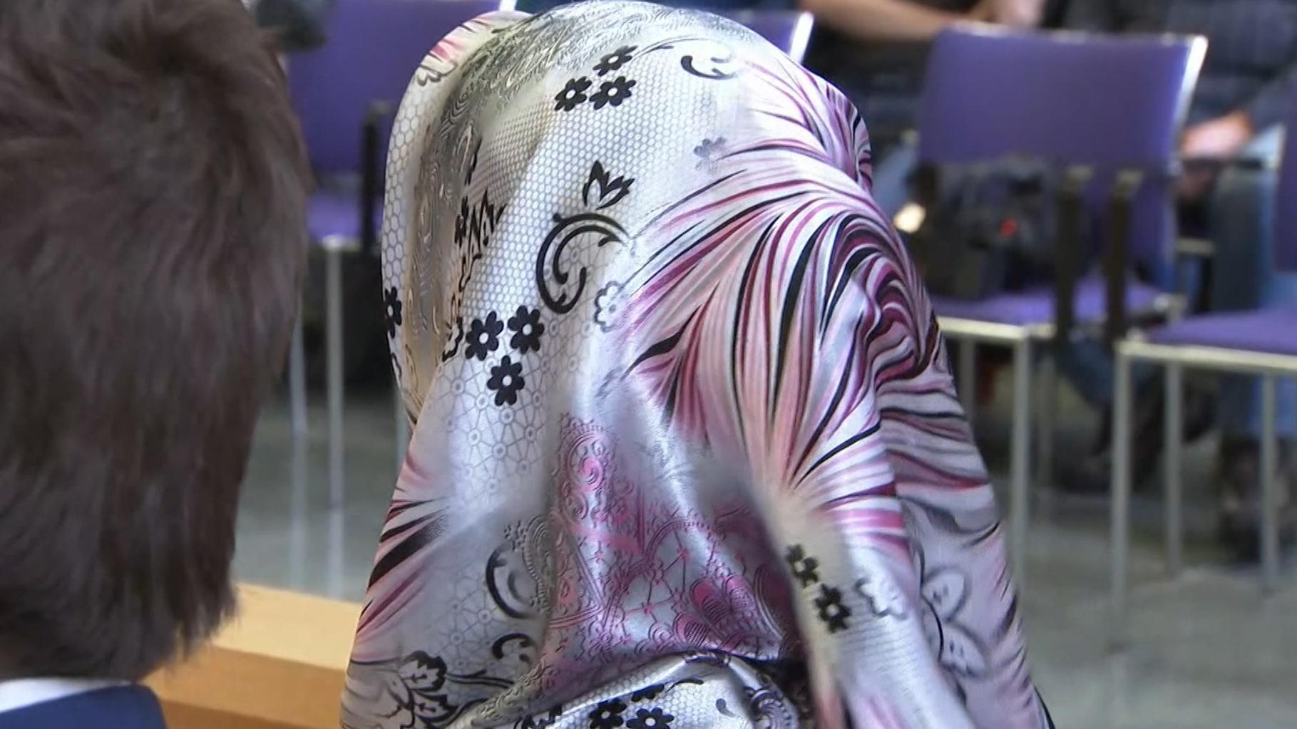Frau mit Kopftuch vor Bundesarbeitsgericht