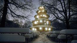 Der beleuchtete Chinesische Turm im Englischen Garten in München im Winter bei Schnee | Bild:imago images/Heinz Gebhardt