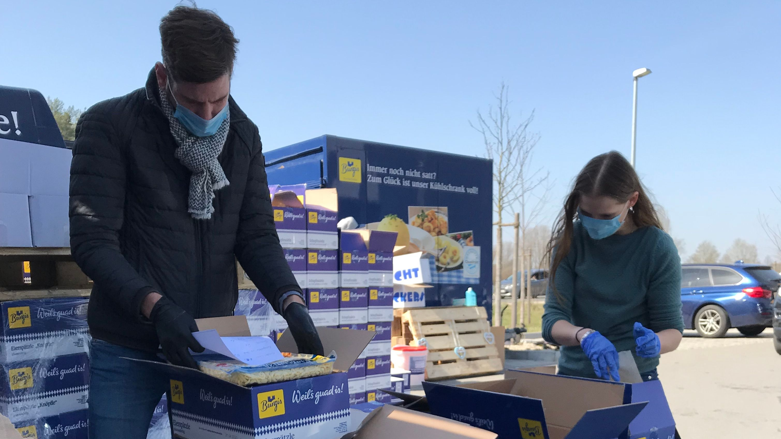 Die Burgis-Mitarbeiter laden mit Mundschutz und Handschuhen die Waren direkt in den Kofferraum der Besucher ein.