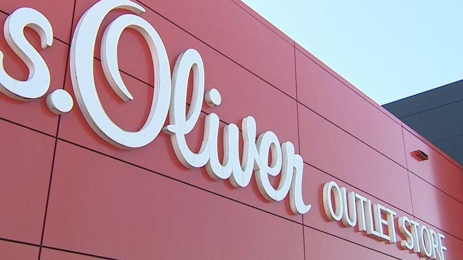 Gebäude mit Aufschrift s.Oliver Outlet Store