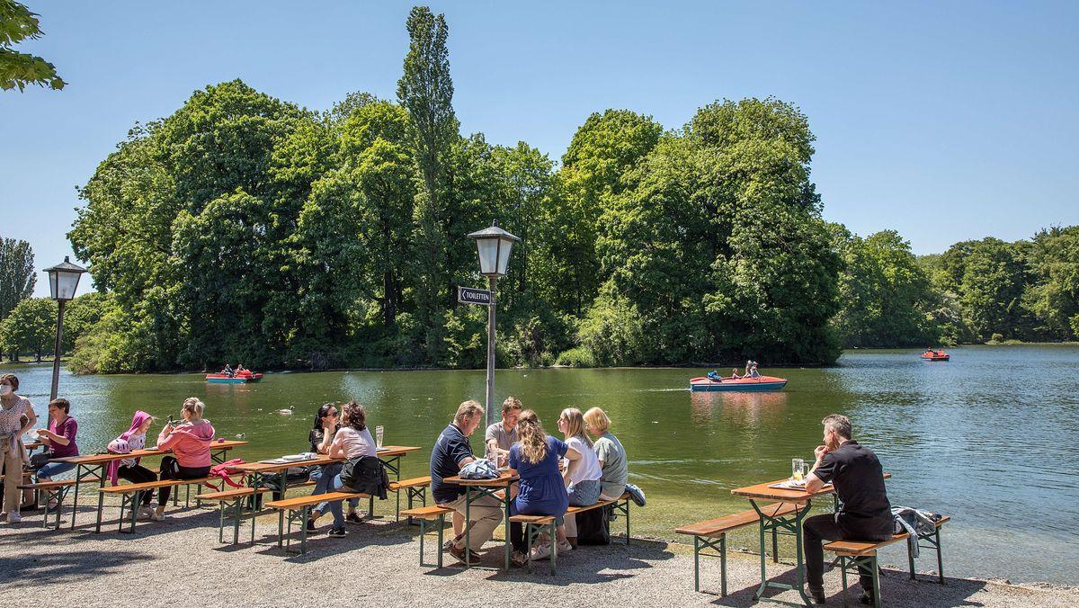 1. Juni 2021: Biergarten im Englischen Garten in München.