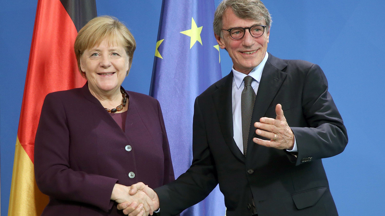 David-Maria Sassoli, Präsident des Europäischen Parlaments, und Bundeskanzlerin Angela Merkel (CDU) geben ein gemeinsames Pressestatement ab.