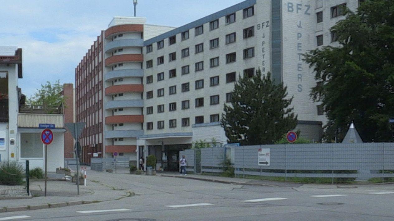 Ankerzentrum Waldkraiburg - großes Gebäude an Straßenkreuzung
