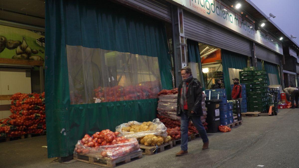 Da wo es eigentlich wuselt und lärmt, wo Gemüse und Obst in Großgebinden verkauft werden, ist es derzeit denkwürdig ruhig: Dem Großmarkt brechen die Geschäfte weg, denn Restaurants und Hotels haben derzeit kaum Bedarf.