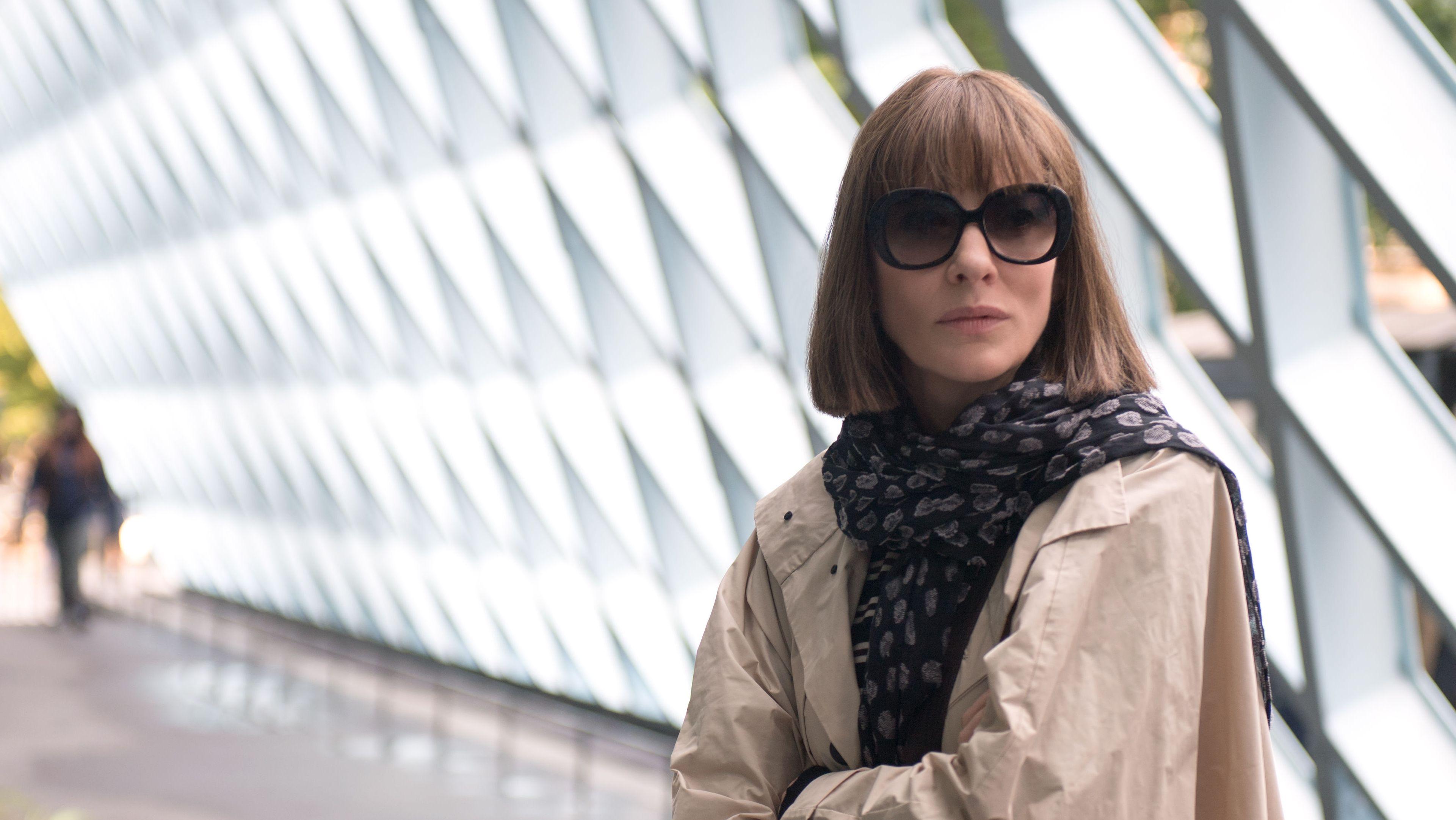 """Szene aus """"Bernadette"""": Cate Blanchett steht mit verschränkten Armen im Rem-Koolhaas-Bau der Stadtbibliothek von Seattle"""
