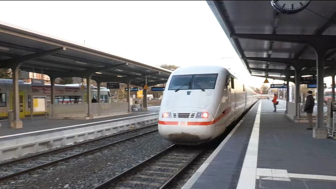 Ein ICE fährt in den Coburger Bahnhof ein.
