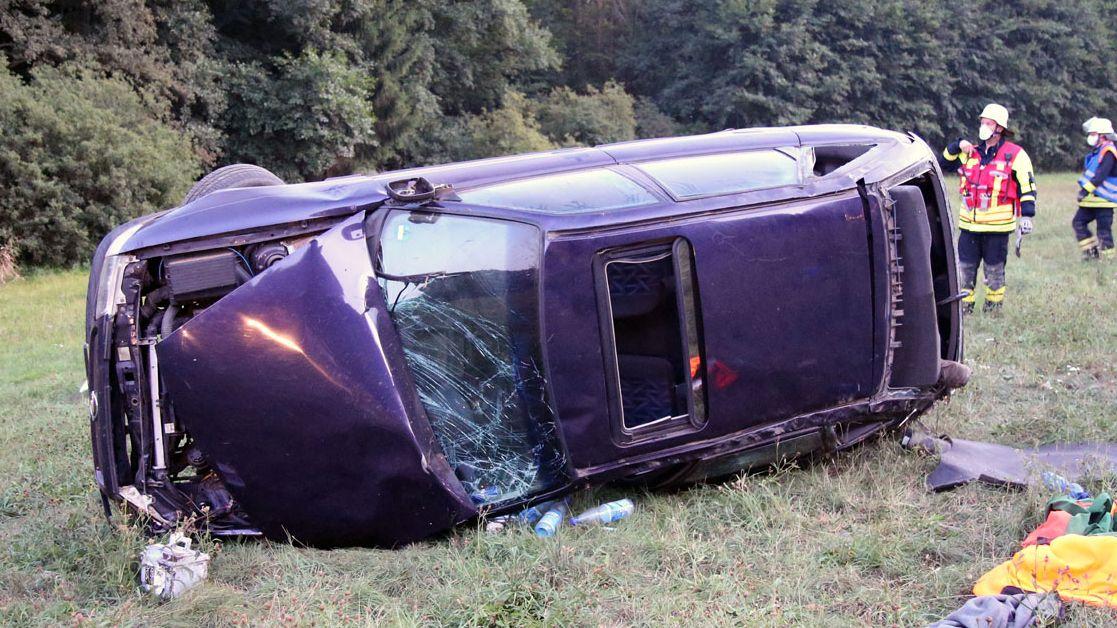 Verunglücktes Auto auf Wiese bei Eschau