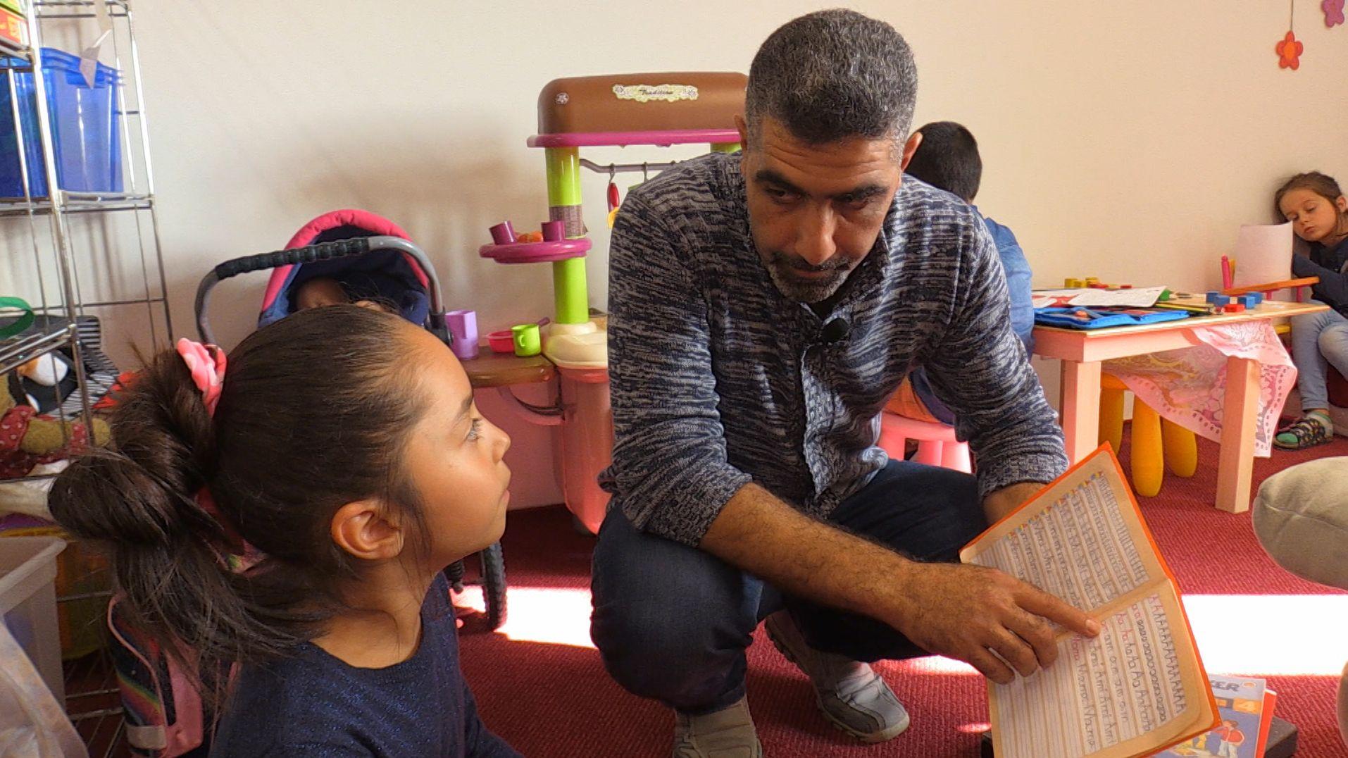 Mohammad Abdolmouti hilft den Kindern bei den Hausaufgaben.