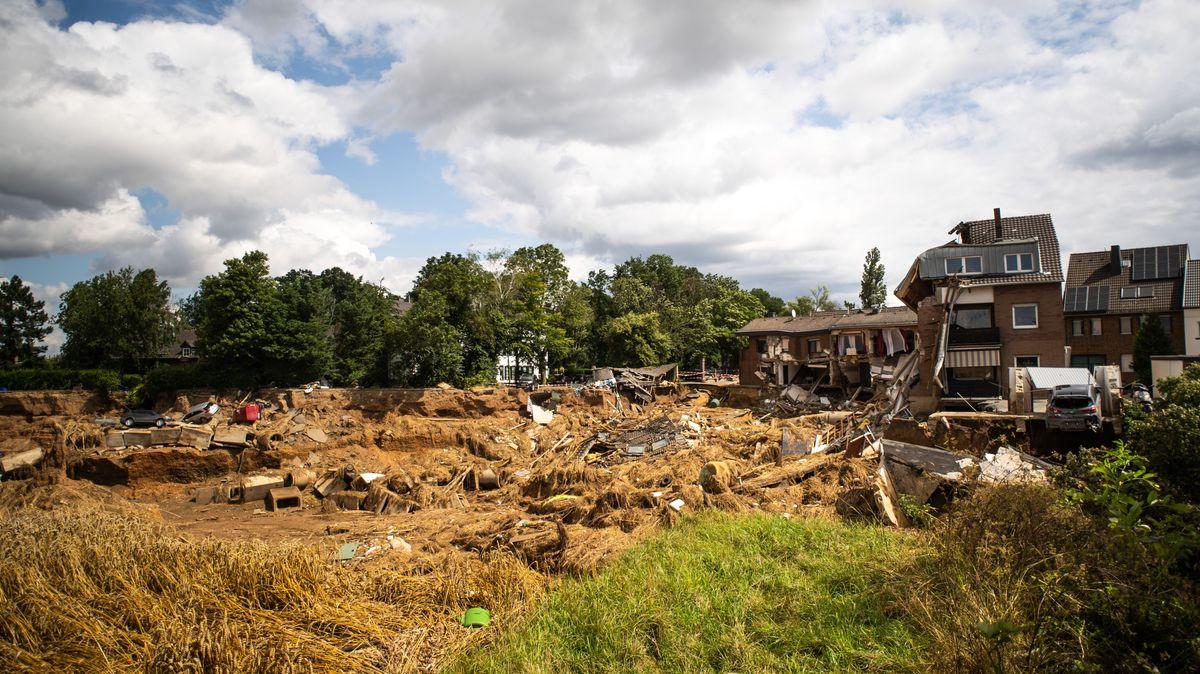 Erftstadt: Häuser sind als Folge der Hochwasserkatastrophe in eine unterspülte und erodierte Kiesgrube abgerutscht.