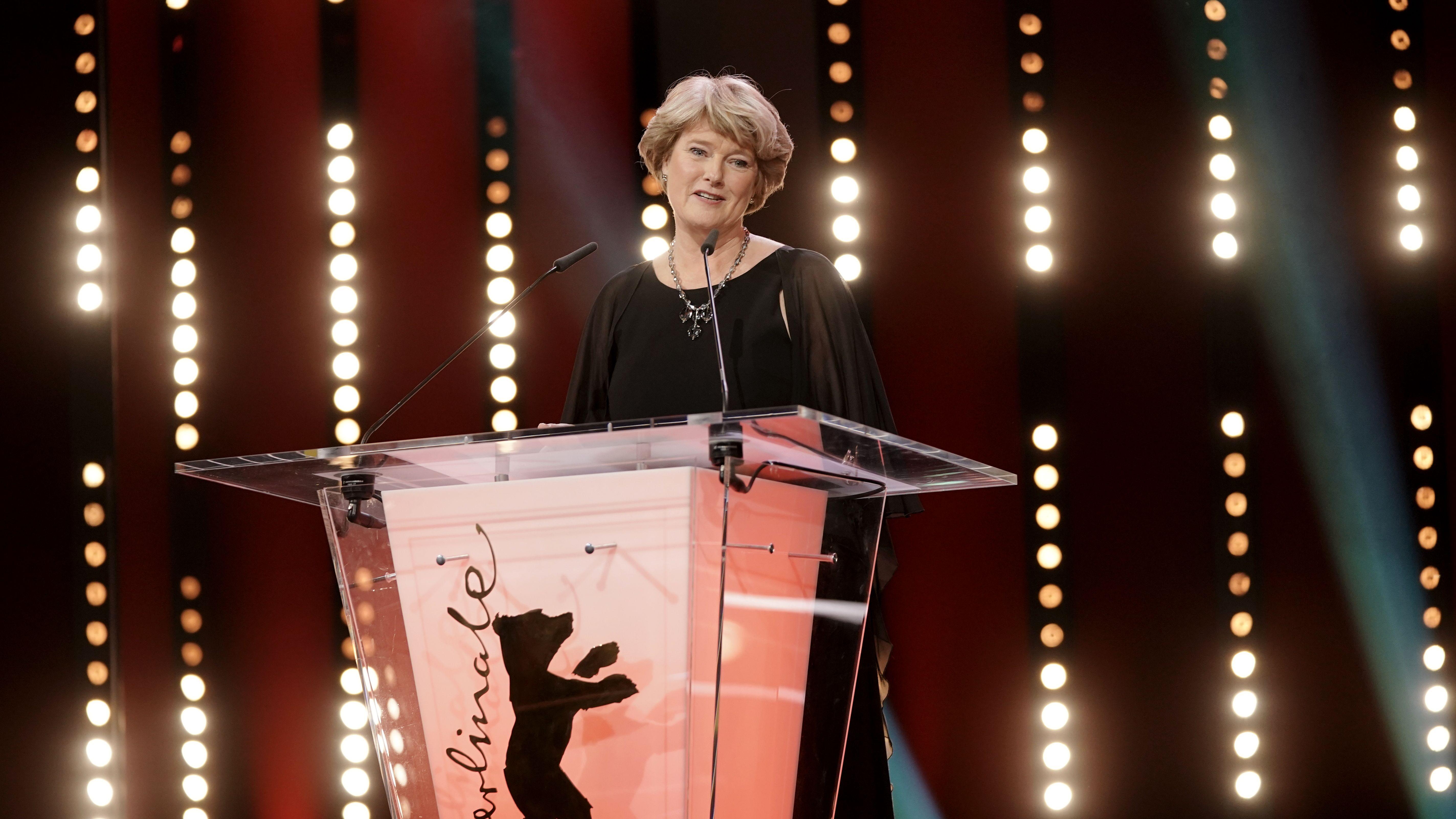 Monika Grütters am Rednerpult auf der Berlinale 2020