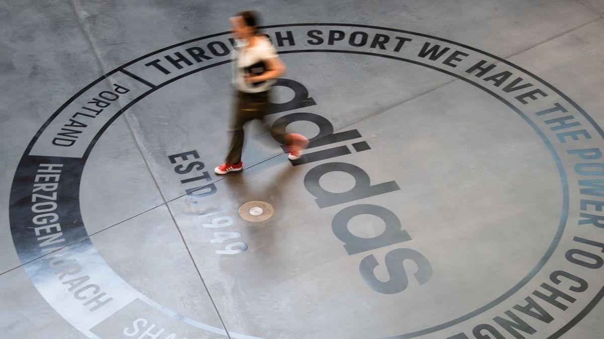 Das Adidas-Logo auf dem Boden.