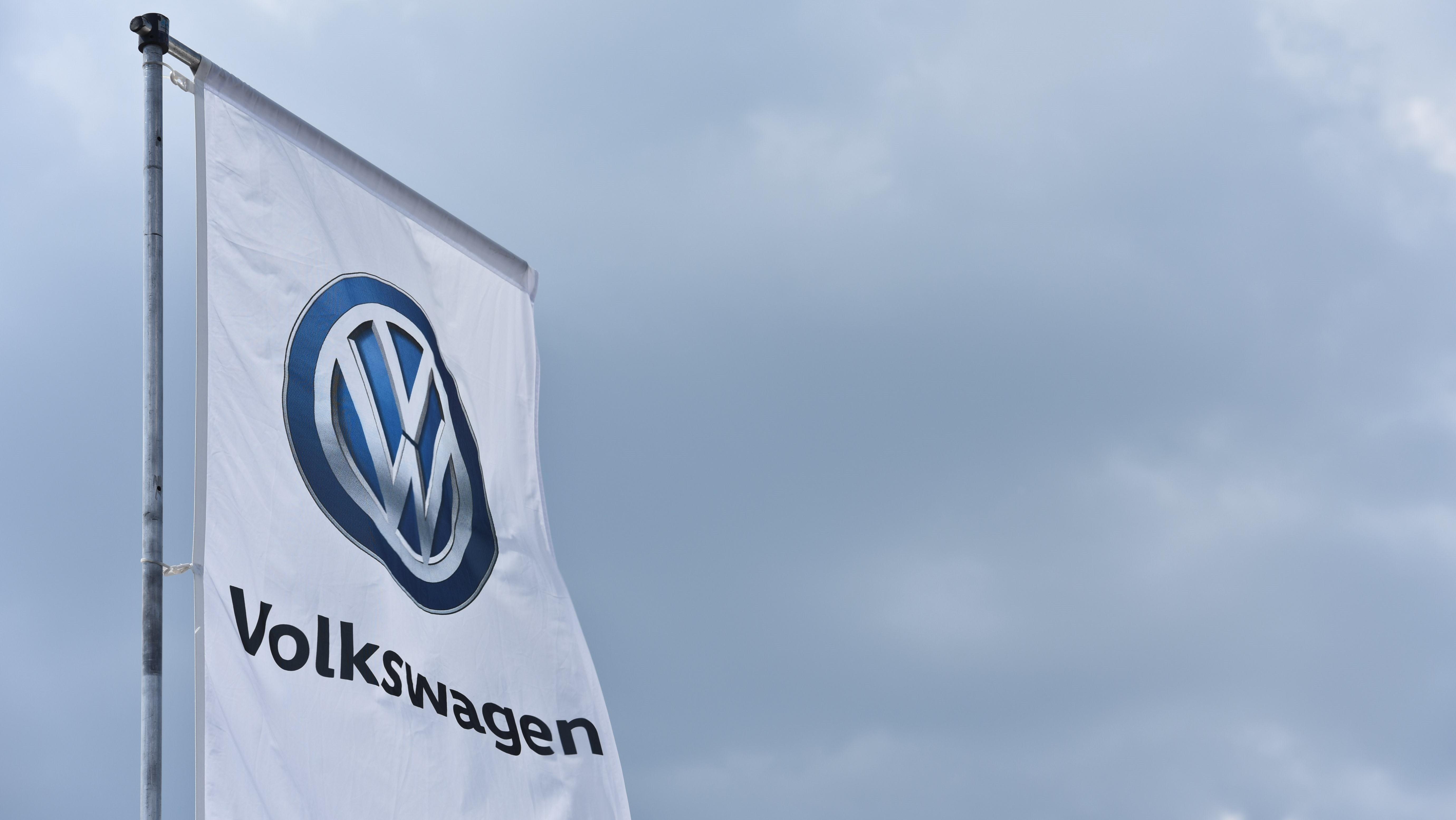 VW-Fahne vor trübem Himmel