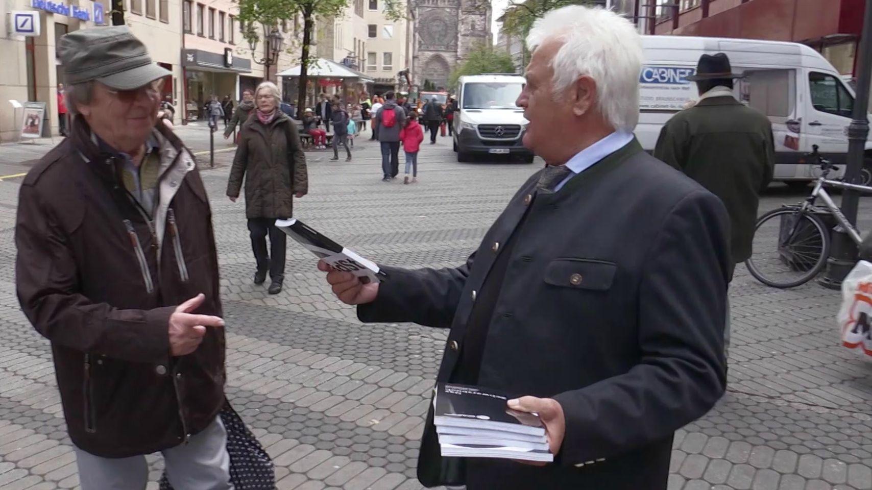 Bund der Steuerzahler informiert über das Schwarzbuch in der Nürnberger Innenstadt.