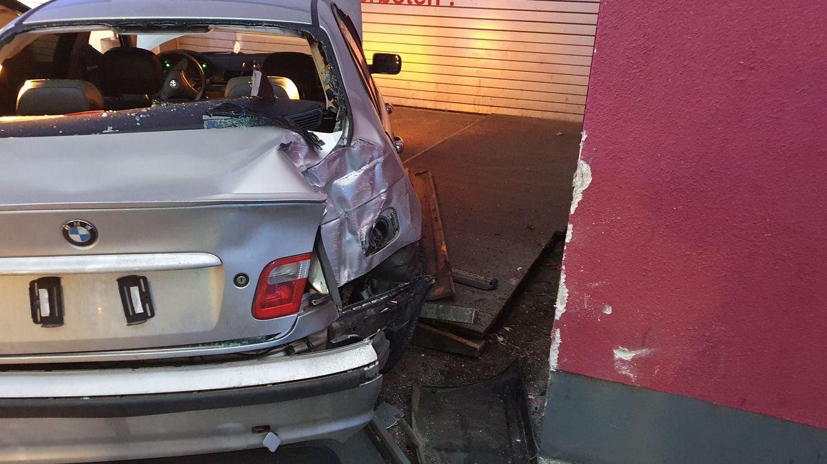 Bei dem beliebten Treffpunkt der Autoposer-Szene in Cham ist es am späten Samstagabend zu einem Unfall gekommen, bei dem ein 21-jähriger Deggendorfer verletzt wurde.