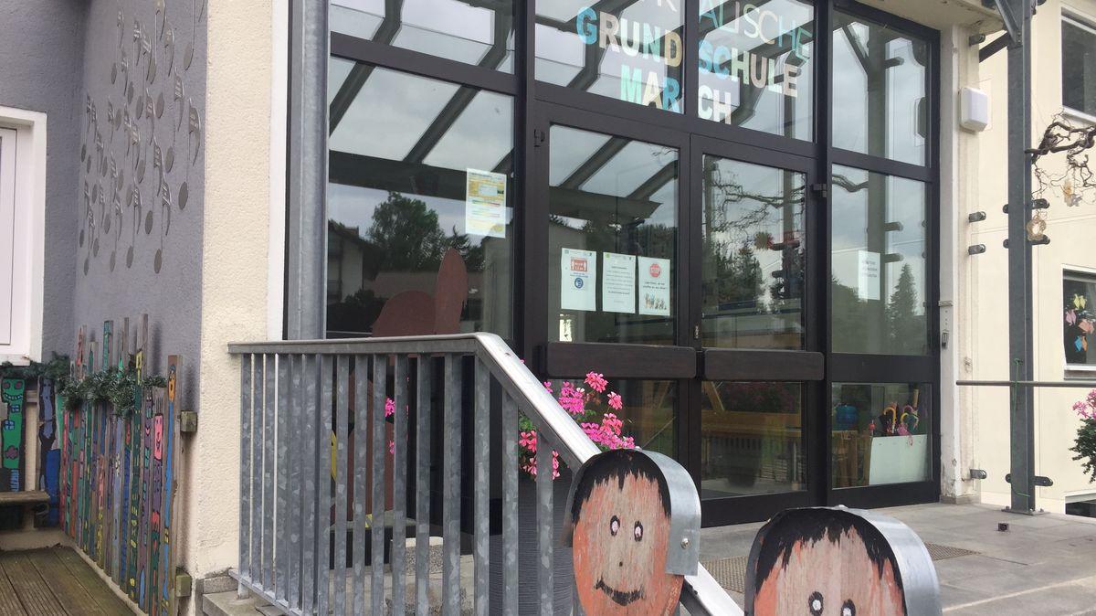Eingang der Grundschule March im Landkreis Regen