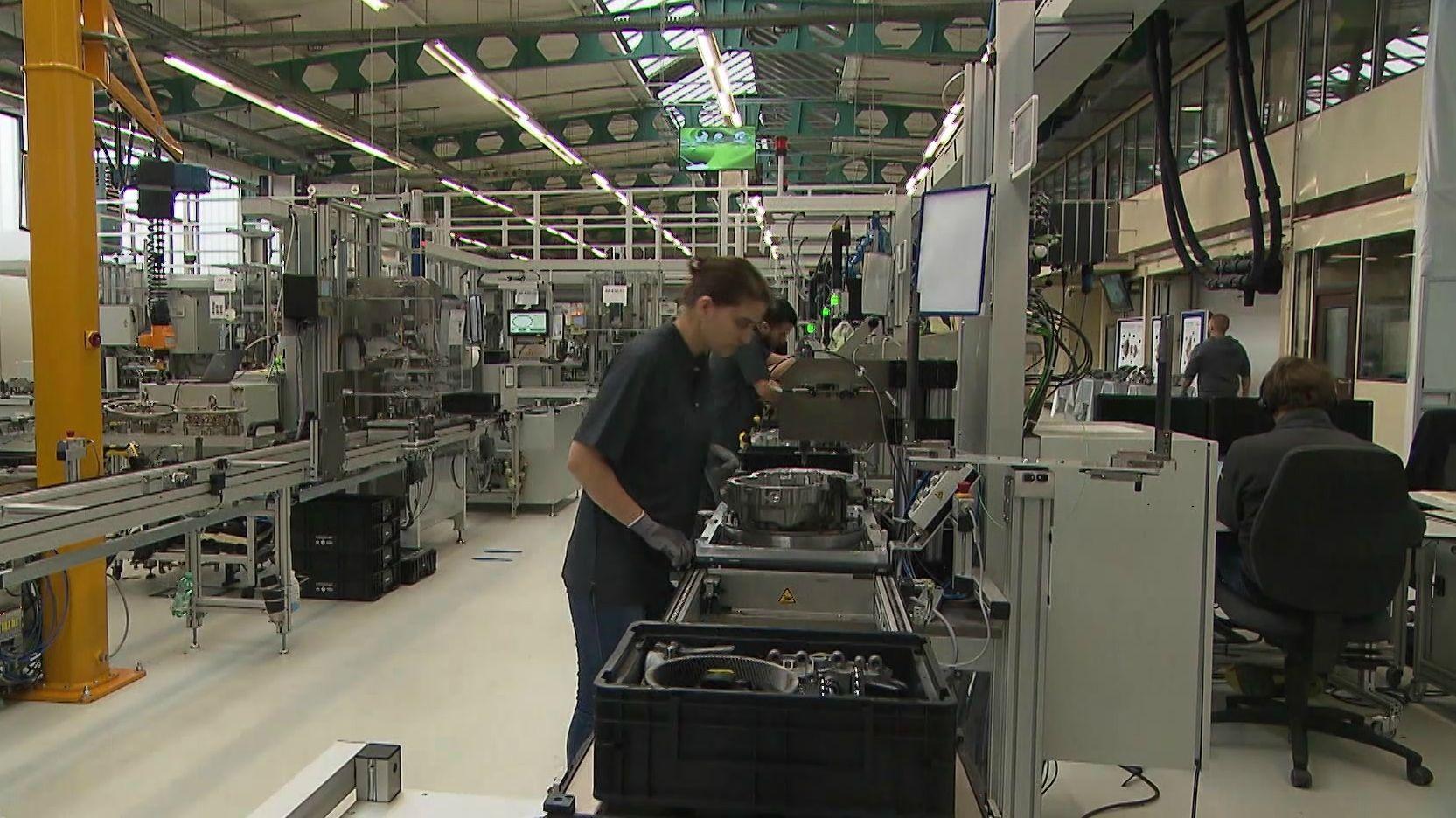Beschäftigte von Schaeffler arbeiten in der Produktion.