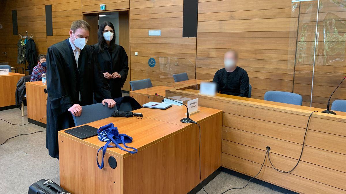 Der Angeklagte mit seinen Anwälten