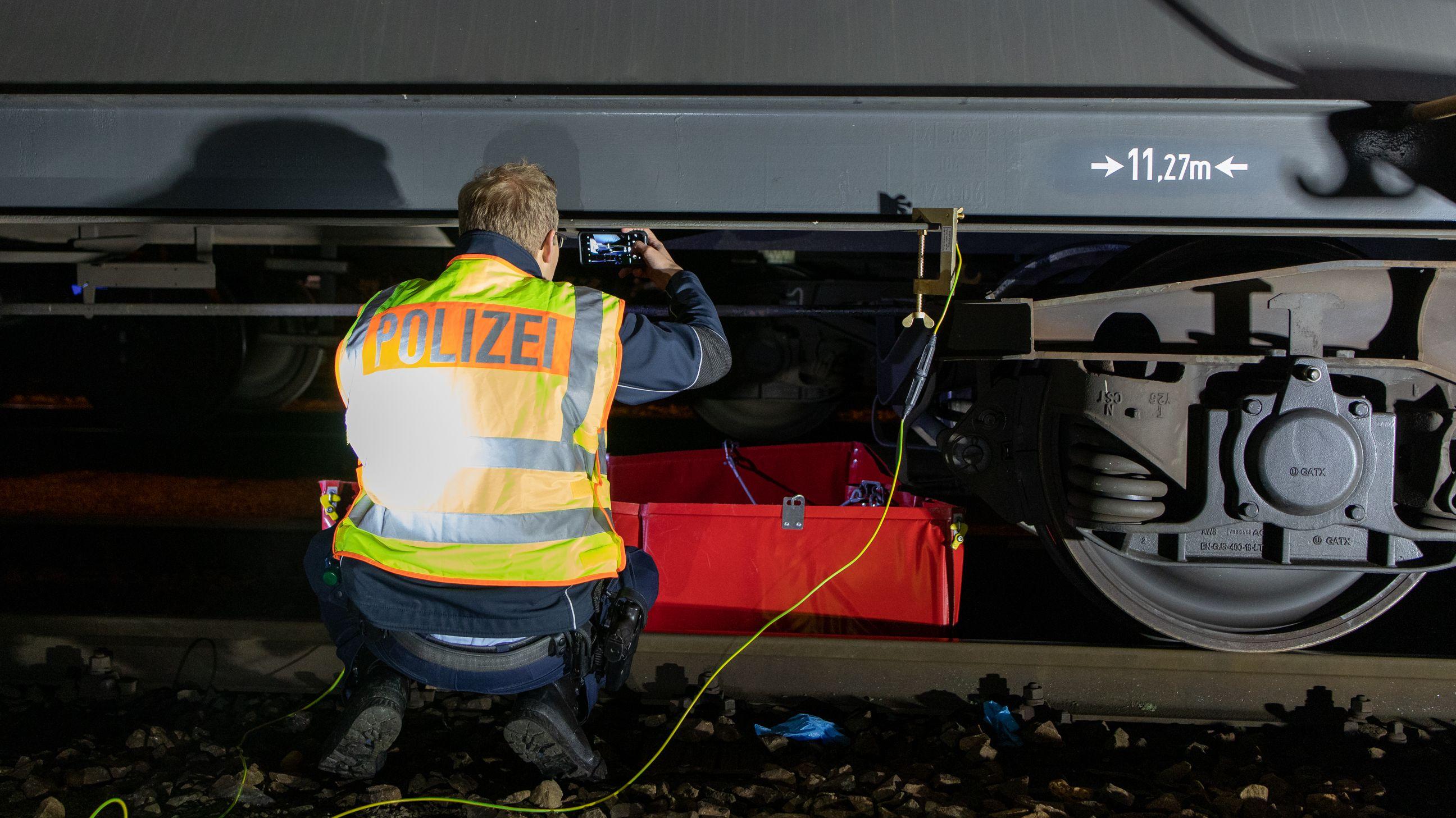 Ein Polizist dokumentiert den Schaden