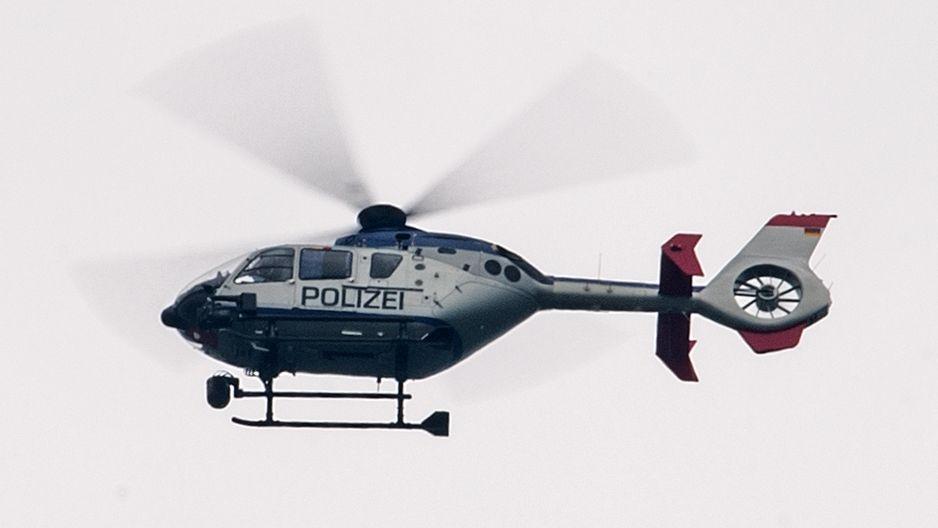 Ein Polizeihubschrauber im Flug (Symbol)